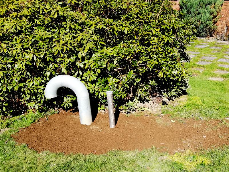 Udluftningsrør i græsplæne