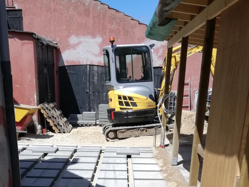 Udgravning i gårdhave med gravemaskine
